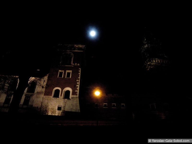 YAROSLAV AND GALA SOBOL  The Wawel Royal Castle at night under the full moon. 2014 // Нічний Вавель під повним місяцем. 2014